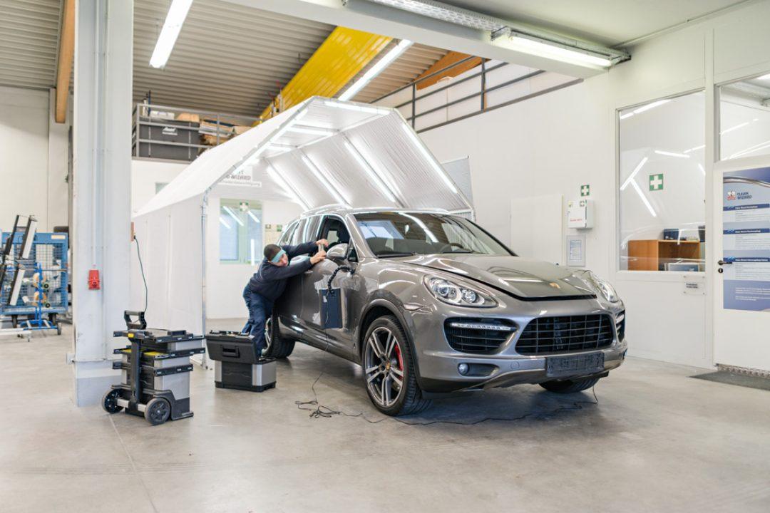 Dellenreparatur-Porsche-Cayenne-20-jaehriges-Bestehen | Dent Wizard Dellen und Halschadenservice